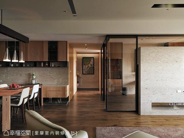 电视墙的后方以茶玻围塑书房,其穿透与反射的质材特性,增添视觉上的美学层次。