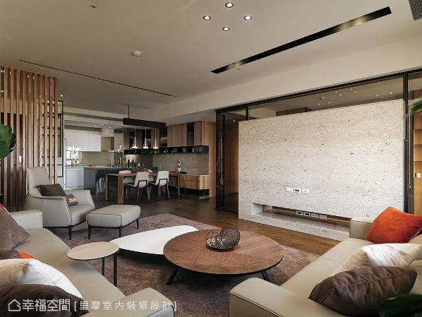 客、餐、厨相容一室,且随着壁面摆设家具,创造出开阔、舒心的公领域感受。