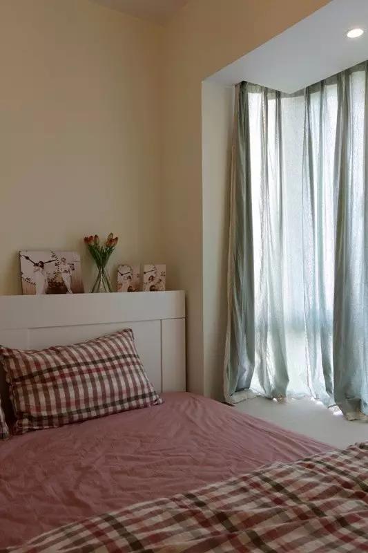 格子床品带给人宁静的享受,也让卧室不过于偏向女性化。