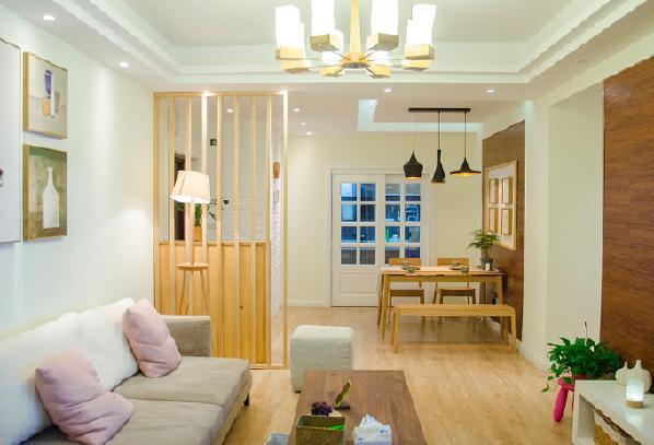 餐厅和客厅采用不同风格的灯具,营造出不同的氛围,非常自然地将不同功能区隔开来。