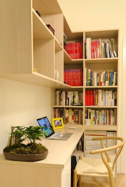 单元格收纳容量大,夫妻俩的书籍妥妥当当地摆放着,绿色盆景为满屋的书香氛围注入一股生气。