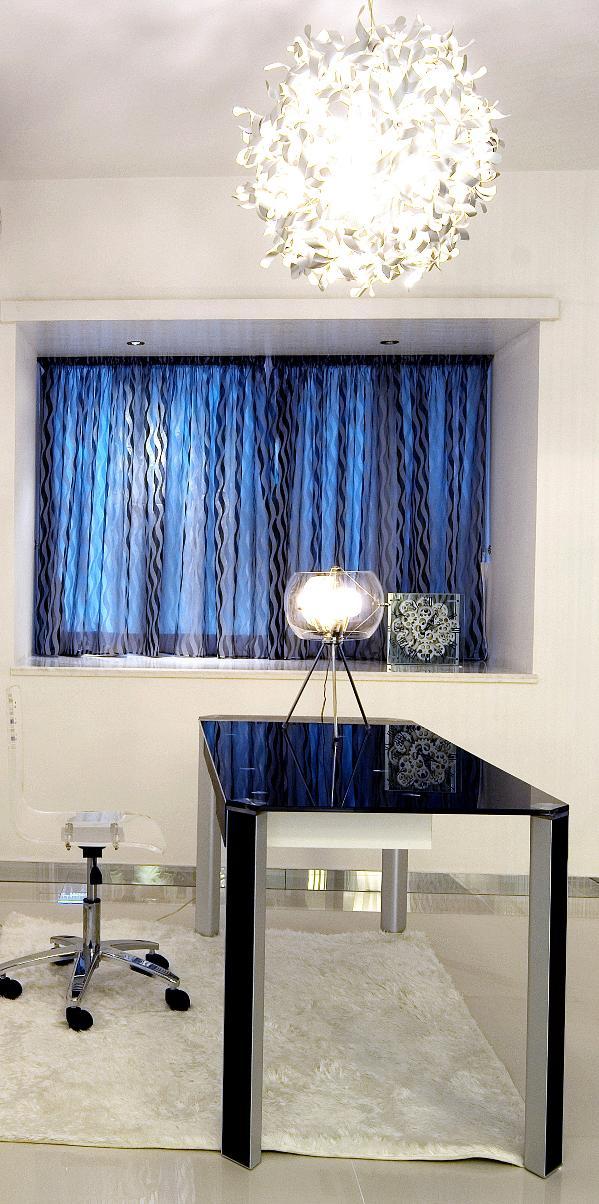 另外灯光方面的设计风格体现则更加有趣,比如书房与卧室灯效,花球状的灯具外形设计使的灯光映衬到天花表现产生了炫丽的光影,犹如潜在水中仰望水面,阳光照在水面产生的粼光一般。