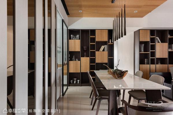 餐厅旁的收纳展示柜采用相同设计手法,让场域间彼此呼应。