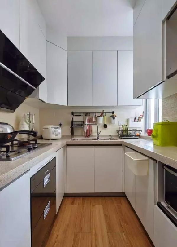 ▲ 白色调厨房,U型设计最大限度利用厨房空间