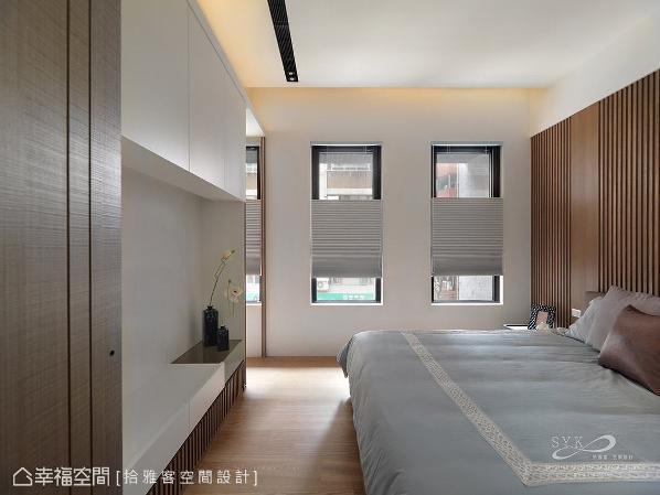 温润的木色铺陈地坪与床头主墙,并透过室外光源的引入,将休闲氛围带入休憩空间中。