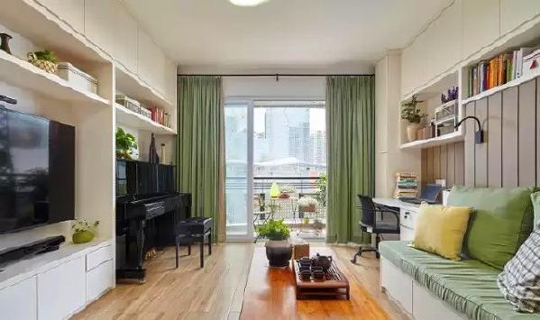 ▲ 整个客厅几乎都是定制家具,沙发是定制的,书桌、电视墙都是现场定制