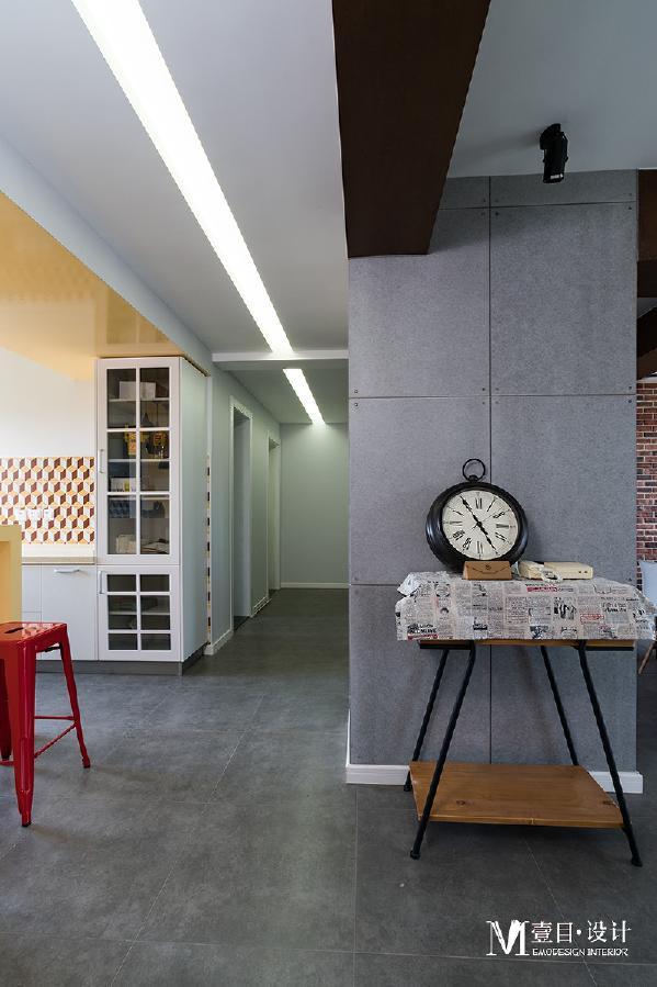 细节处的设计也很重要,厨房的中间预留走廊式的过道空间,不仅可以方便走动,而且在审美上也很有艺术效果。