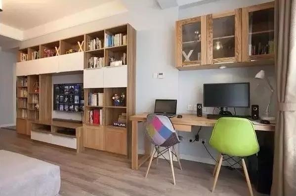 没有空间做书房?不怕!把书柜融入到电视背景墙中,让书香气息弥漫在家里。