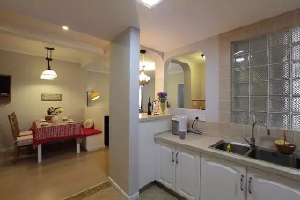 厨房与卫生间的墙壁用玻璃分割,增加采光,也增加了朦胧的神秘感。