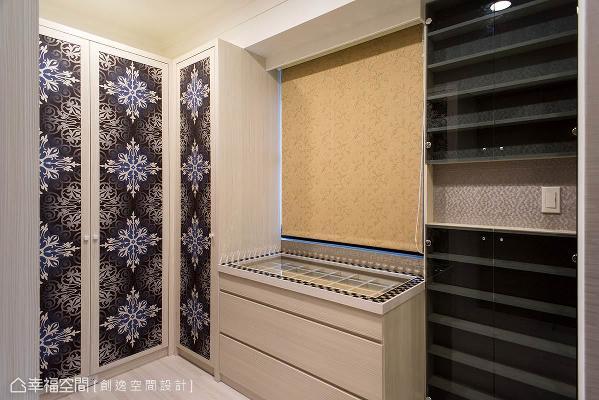 开放的更衣室采用图腾壁纸作为柜面表现,并以木作及烤漆量身订制收纳上的所有需要。