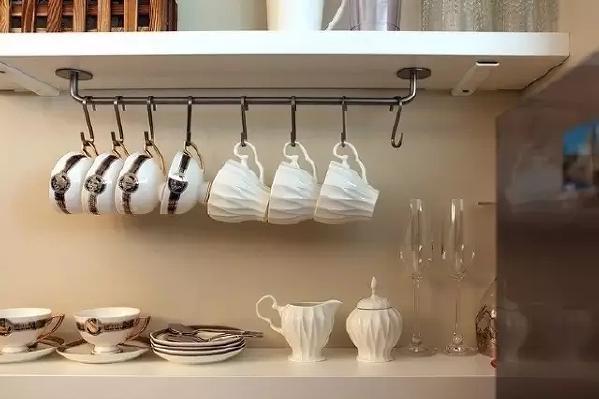 华丽的餐具整齐的摆放着,像是精美的装饰物。
