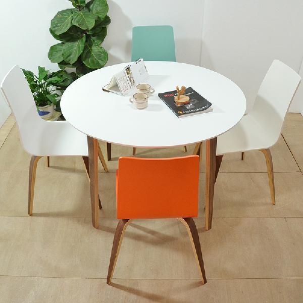 北欧餐桌椅组合搭配彩色餐椅,增添活力