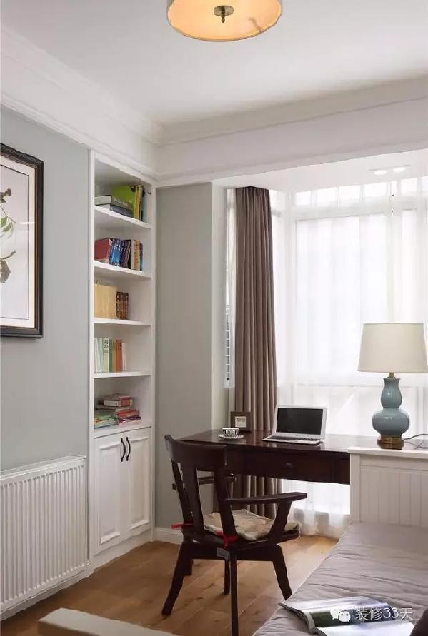 ▲ 书房兼次卧,墙面两侧是嵌入式书柜和客厅电视墙一体
