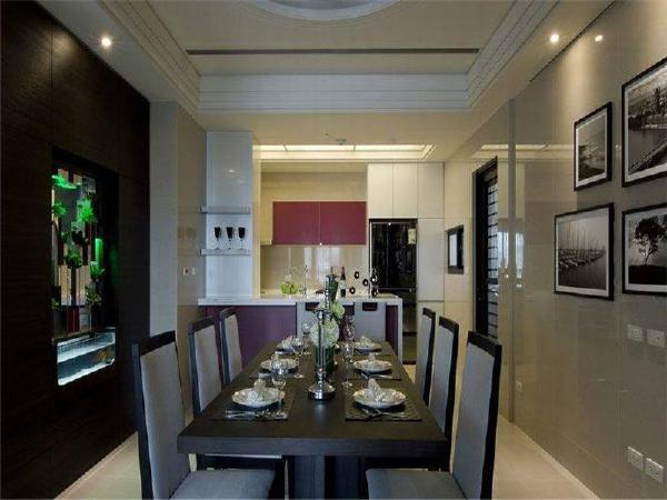 与玄关以收纳柜及生态鱼缸间隔,并以吧台与厨房衔接,于开放式空间中定图片
