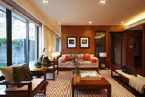 传统新中式风格家具虽以木质材料居多,颜色多以仿花梨木和紫檀色为主。墙壁既可四白落地,也可以选择配合深褐色家具的米白、米黄或沙色。最具代表性的家具是茶几、地灯、圈椅、窗棂、屏风、月亮门等。