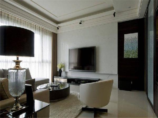 呈现石材清爽俐落的纹理的白色电视主墙,与一旁佛龛前的廊道区块,以深色木皮衔接,搭上挂画营造端景效果。