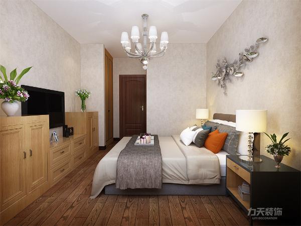 主卧室为米黄色的乳胶漆,飘窗上放了一个展示柜,床头上方放置了壁画。使人感觉很温馨。次卧室简单放置了双人床,衣柜和床头柜,地面是偏褐色的的复合地板,床头上方放置了壁画。