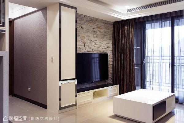 来到客厅,运用文化石的质朴温度,作为电视墙的质材表现,左侧的柜体则以镜面收边,在美式风格中加上一点奢华元素。