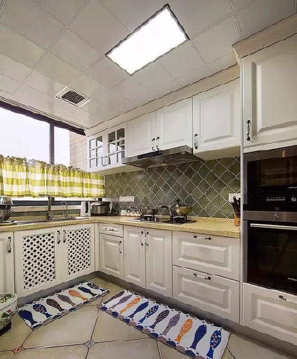 ▲ 白色模压橱柜,高柜嵌入厨房电器