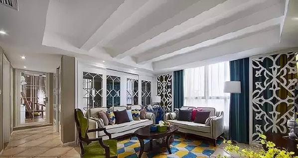▲ 客厅休闲大气,靠窗位置两侧对称做了雕花隔断,解决进门直对窗户的问题