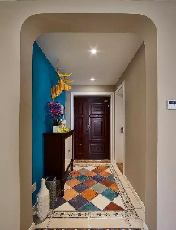 ▲ 进门玄关位置用不同颜色的仿古砖斜拼出了地面造型,加上一圈花砖做波打线,用不同颜色的条形做过门石