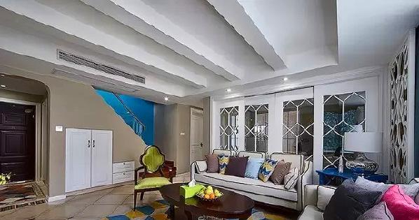 ▲ 沙发背后的书房采用特别设计,用了7扇移门把书房做成随时可以变成开放式空间