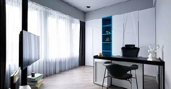 ▲ 书房和客厅都用了柱子挂电视,省下一面墙,书房一面墙的柜子中间嵌入了蓝色的展示柜,让造型更加灵动