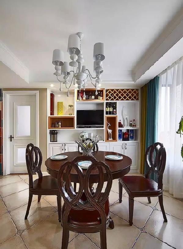 ▲ 餐厅圆桌的背景是一整面墙餐边柜,结合了酒柜、展示、收纳多种功能