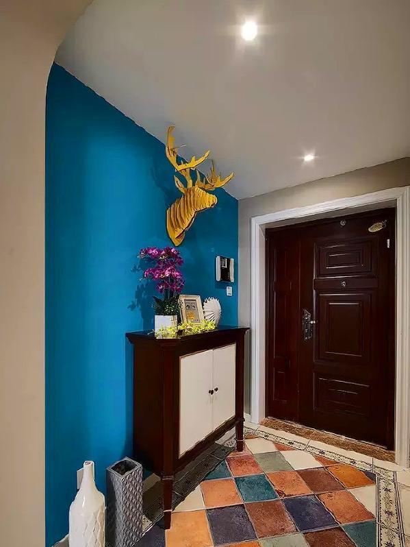 ▲ 蓝色的背景上用一个鹿头装饰点缀
