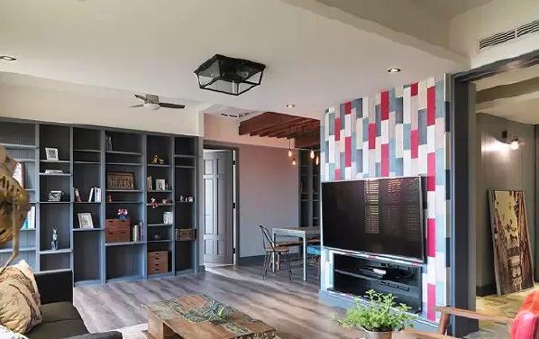 ▲ 客厅中间的电视墙用红蓝混搭的彩色设计,成为屋中的亮点