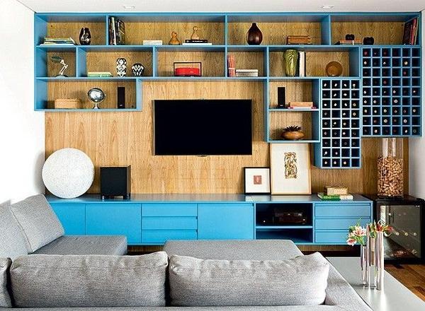 背景墙面以条纹清晰的木质材料装饰,非常时尚。电视位设计成内陷式,与墙面平齐,在旁边加上了突出的格档,使房间的层次感清楚,收纳功效也很强大。