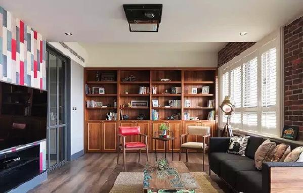 ▲ 一侧墙面实木书柜设计,温润的氛围中和工业的粗犷