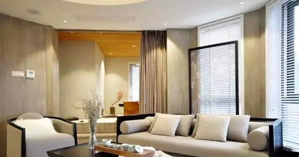 ▲ 沙发背后的窗户前放置了一个中式花鸟图案屏风隔断