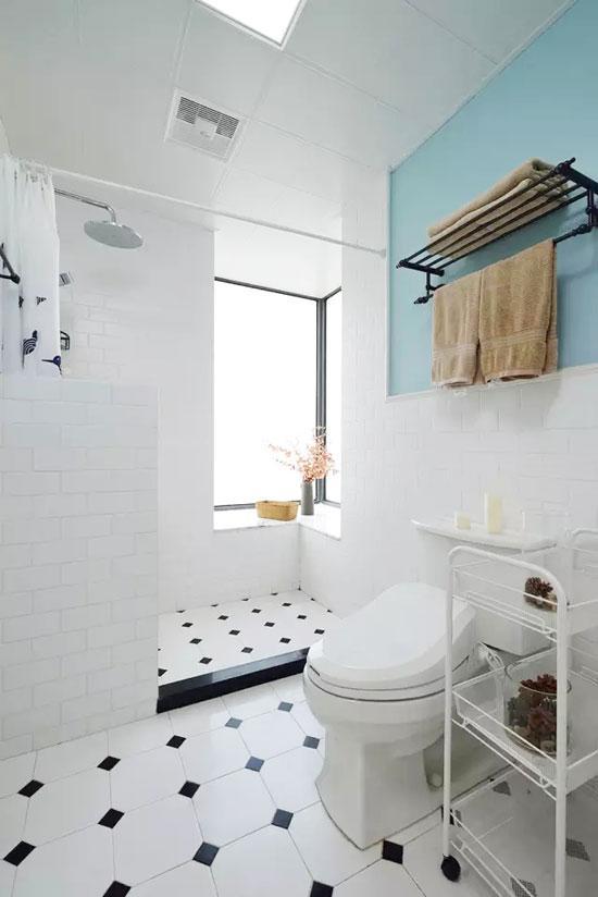 白色瓷砖铺贴的卫浴空间显得干净而清爽。