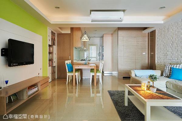 将原先的厨房和次卧位置对调,拆除封闭的隔间墙,打造出开放式的用餐场域,带来明亮宽敞的效果。