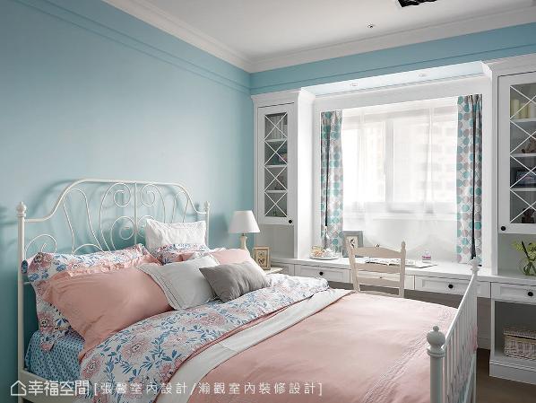 以水蓝色及白色为主,搭上线条纤细的床架及柜体结构,打造心中的梦幻国度。
