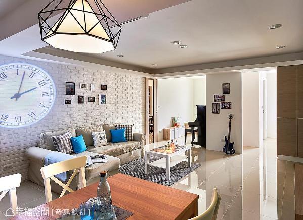 利用弹性的隔间方式,援引自然光于室内流通,一改原先暗房的格局,也带来良好的通风。