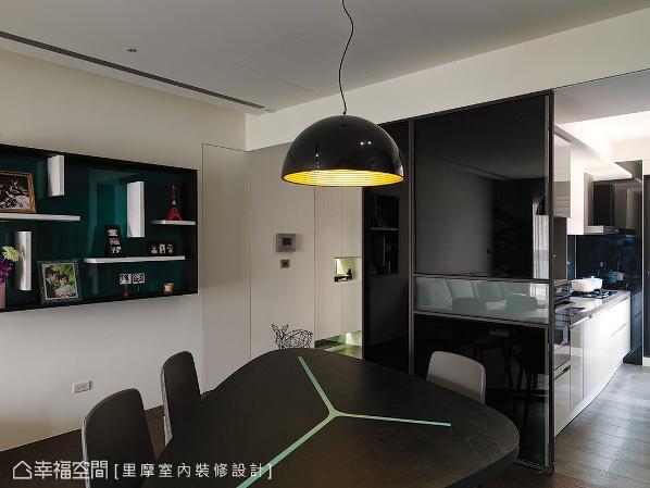 里摩室内装修设计利用玻璃拉门界定出餐、厨领域,让空间营造出穿透、流动的视感。