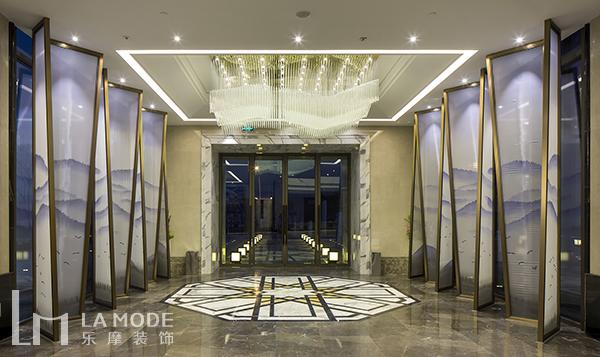 近处看又如两面光滑洁净的巨型镜,将建筑与景观倒映其中,交相呼应。