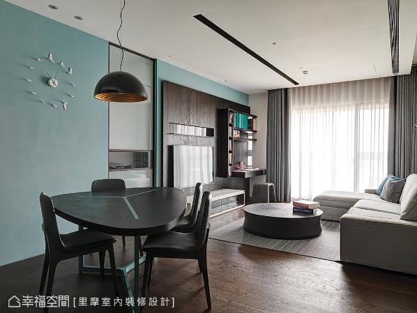 壁面以飞鸟意象作为计时,餐桌椅挑选北欧风设计,桌面与骨架接喷染Tiffany蓝色彩,呼应空间主题。