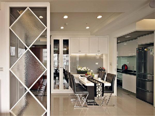 将厨房和客厅做了间隔的玻璃小格挡