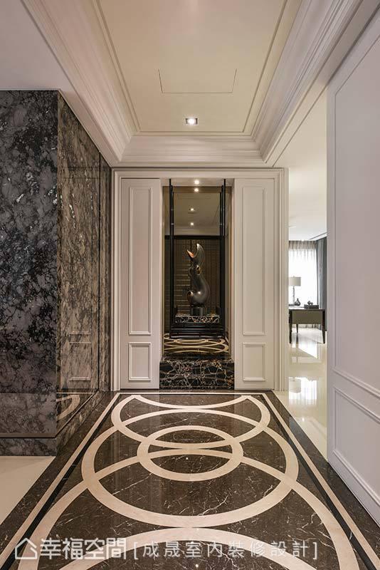 进入玄关,拼接大理石地坪以圆形的图腾勾勒,构组出宛如宫廷的尊贵质感。