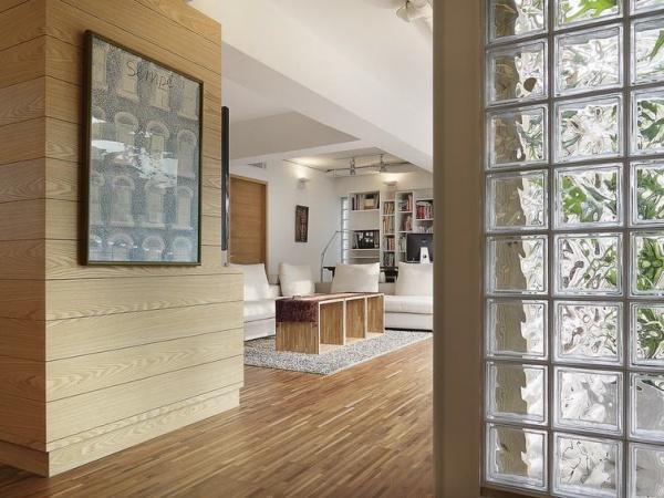 一般的室内玻璃隔断都是选择钢化玻璃材质,强度高安全性能好。但是要注意钢化玻璃上不适合雕刻花纹,如果要制作花纹面的玻璃建议选择夹层玻璃。