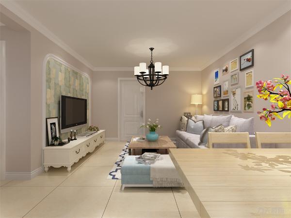 客厅装修是整个家庭装修的重点。本案为单色乳胶漆墙面,加有照片墙更显温馨,木质加布艺家具更有家的感觉。