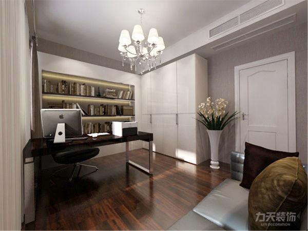 书房用L型的书柜加上衣柜,现代感极强的办公桌,配上一组简单大气的三人沙发,整体很和谐。