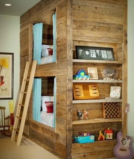 灶台下方的收纳柜,不仅具有防尘作用,还使得餐具的摆放更显整齐。灰色抽油烟机,现代感十足。橘红色的茶壶,色彩亮丽,引人眼球。