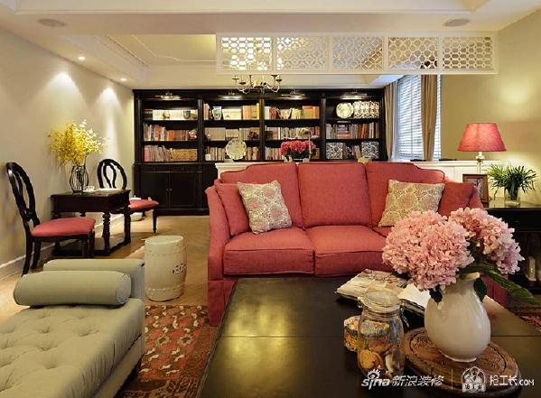 客厅一角,有时候,只是静静地在沙发上看看电视,听听音乐,便已是在享受最美好的生活。累了,就惬意地躺在沙发上。粉色调的沙发及花朵摆设,不但显得温馨而舒适,甚至连空气中都弥漫着花香的味道。
