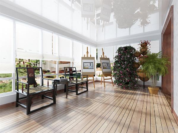 阳台地面用防腐木做的,空间摆放上,用几组盆景加上一组休闲沙发及应客户要求放了两个画架。