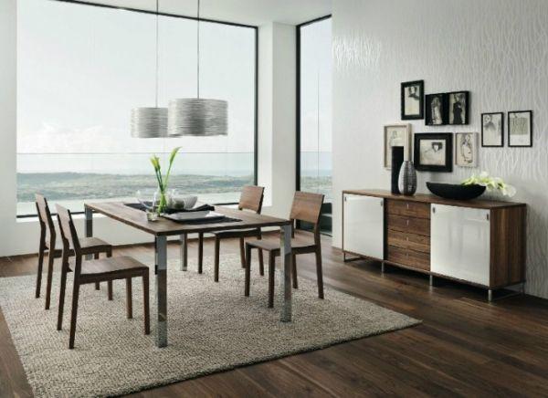 落地窗,美观大气,使得空间的气质一下子就提升起来。木质的地板,木纹清晰,搭配绿色植物的装饰,仿佛身临大自然中,非常舒服。