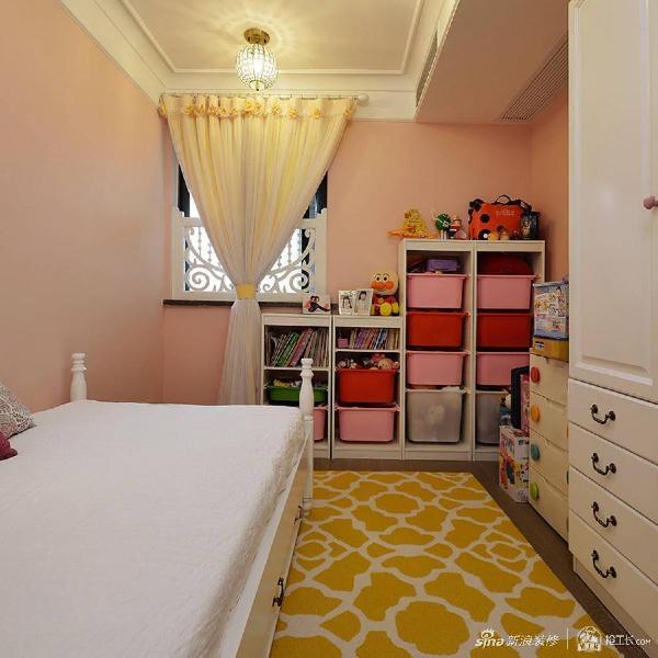 儿童房内粉红色的墙面和亮黄色的地毯给孩子搭配出一个明亮的世界,仿佛一朵娇艳的鲜花含苞待放。小女孩一定爱这收纳柜,让玩具摆放有序,有很有空间层次。
